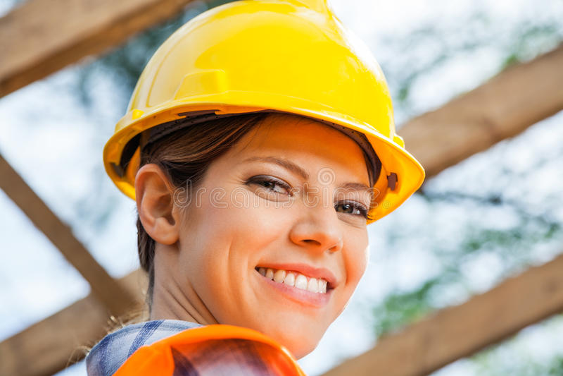 站点的微笑的女性建筑工人 库存照片