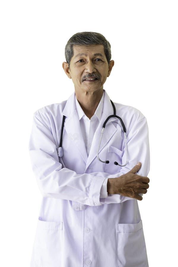 站立一位资深的医生的画象微笑和拥抱他的胳膊在他的医院 免版税图库摄影