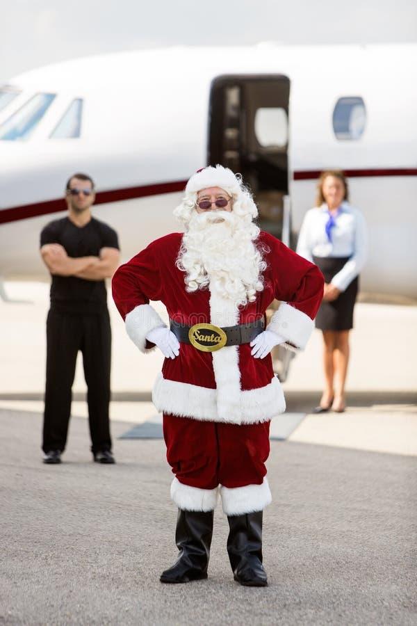 站立与保镖和空中小姐的圣诞老人 库存图片