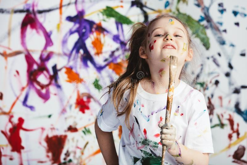 站立与刷子的幼儿画家 库存照片