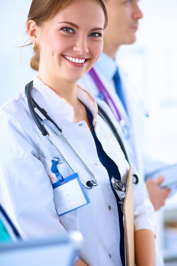 Download 站立与听诊器的妇女医生在医院 库存图片. 图片 包括有 医生, 微笑, 健康, 听诊器, 专门技术, 实验室 - 62527351