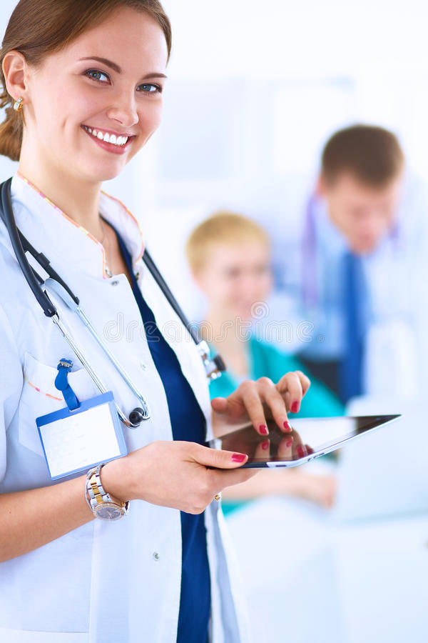 Download 站立与听诊器的妇女医生在医院 库存图片. 图片 包括有 人员, 快乐, 生活方式, 专业人员, 背包, 职业 - 62527363