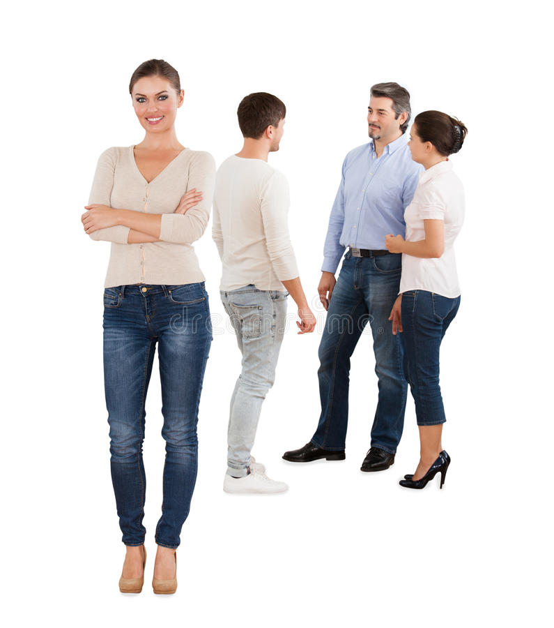 站立与在白色背景的队的确信的女实业家 免版税库存图片