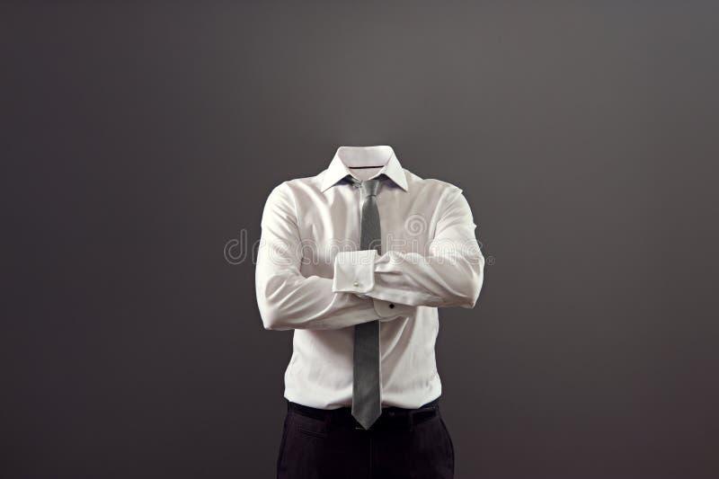 站立与被交叉的双臂的无形的人 库存照片