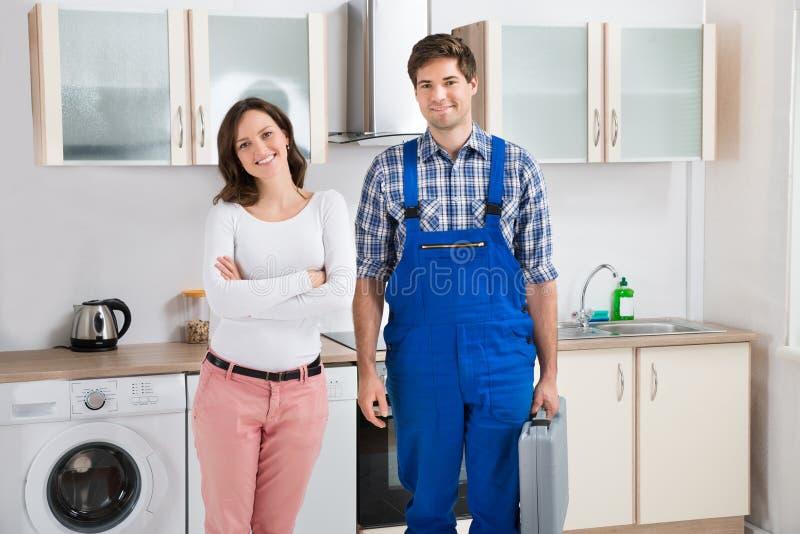 站立与安装工的妇女 图库摄影