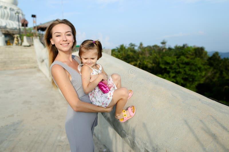 站立与小女儿的年轻母亲在普吉岛 库存图片