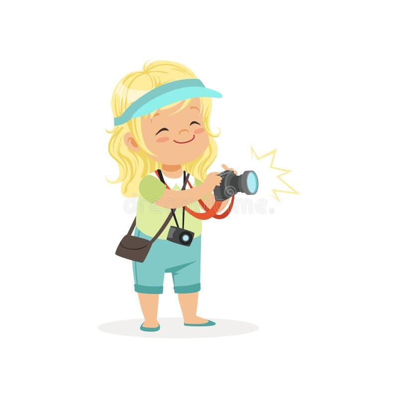 站立与数字式照片照相机的动画片平的学龄前女孩在手上 摄影师或记者行业概念 皇族释放例证