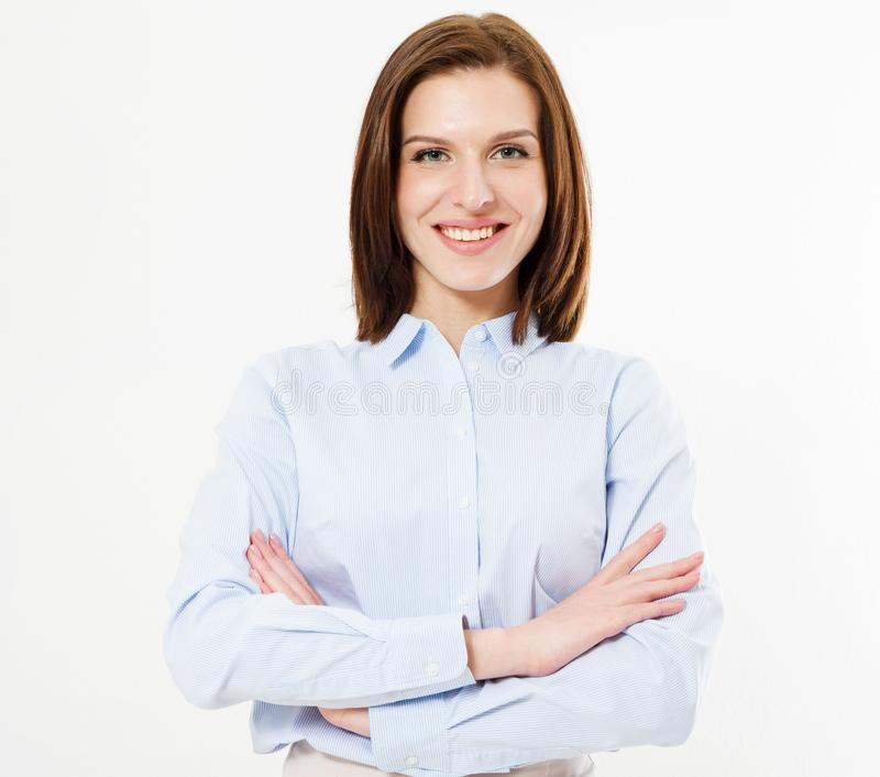 站立与横渡的胳膊的衬衣的微笑的深色的妇女 隔绝一女性 免版税库存照片