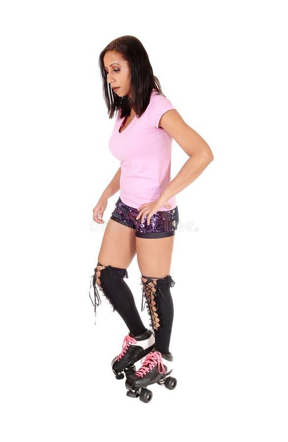 站立与溜冰鞋的少妇 免版税库存图片