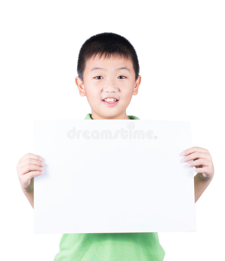 站立与空的水平的白纸的微笑的男孩在白色背景隔绝的手上 库存照片