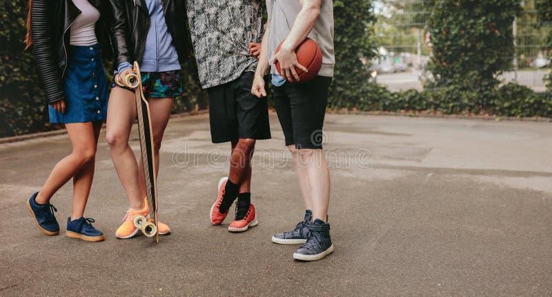 站立与篮球和滑板的人 免版税图库摄影