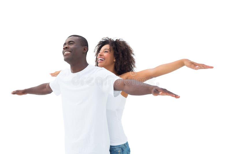站立与胳膊的偶然夫妇被伸出 免版税图库摄影