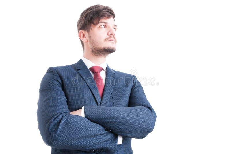 站立与胳膊的商人英雄射击横渡 免版税图库摄影