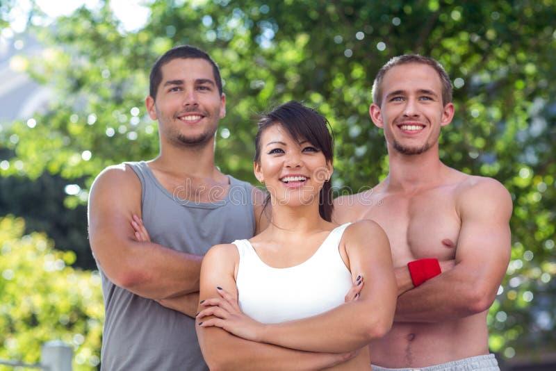 站立与胳膊的微笑的极端运动员横渡 图库摄影