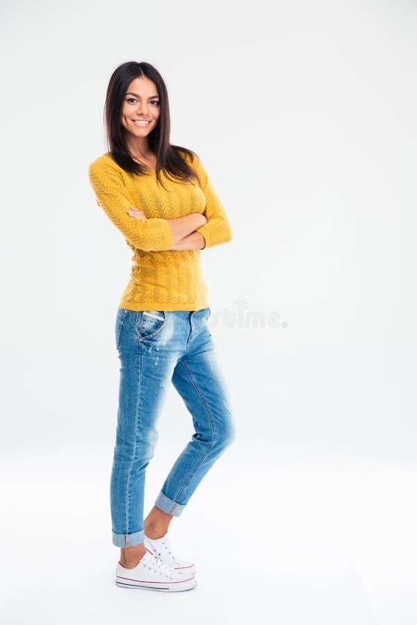站立与胳膊的逗人喜爱的妇女折叠了i 免版税库存照片