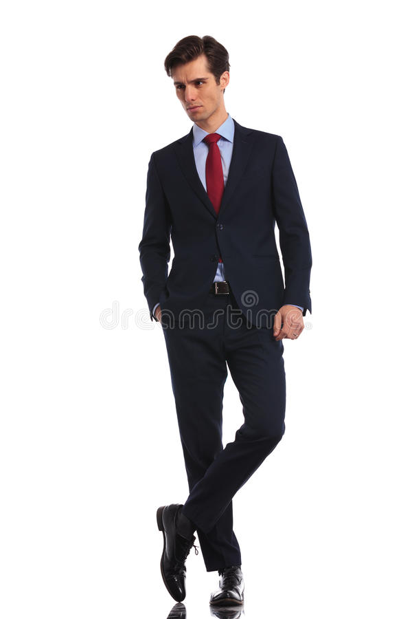 站立与腿的轻松的商人盘 免版税图库摄影