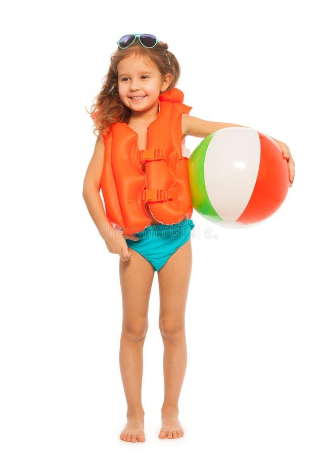 站立与色的风球的小游泳者 免版税库存照片