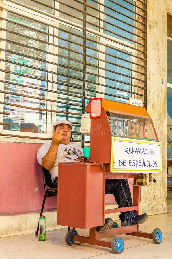 站立与玻璃修理,哈瓦那,古巴 免版税库存照片