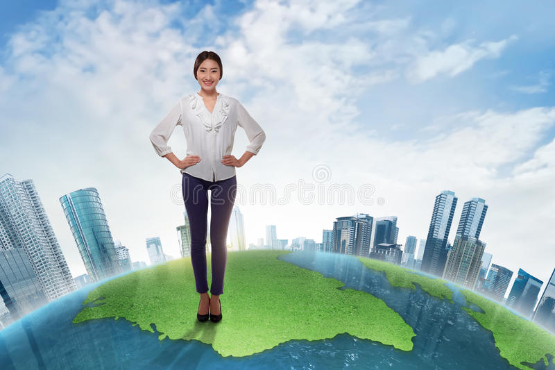 站立与skysc的大地球上的可爱的亚裔女商人 图库摄影