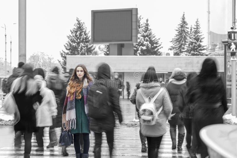 站立从人群的妇女 免版税图库摄影
