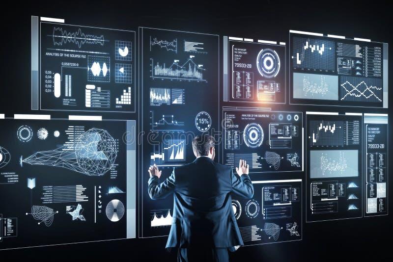 站立单独和分析信息的老练的管理员 免版税库存照片