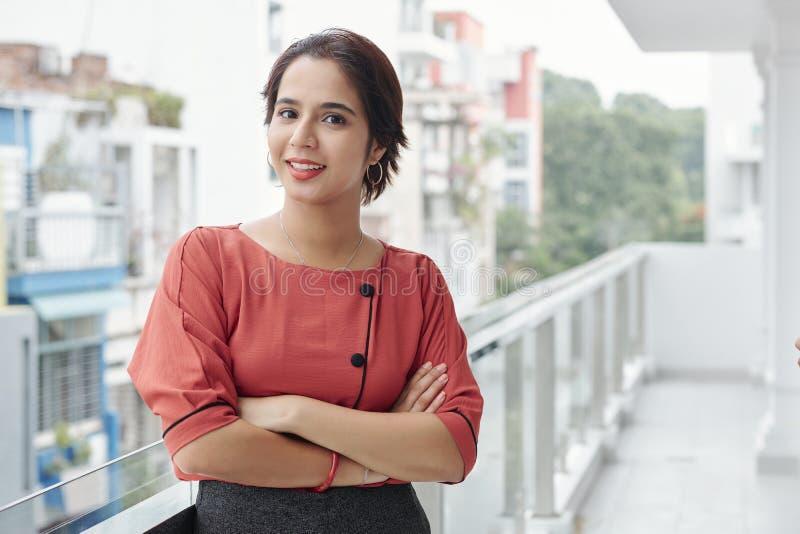 站立印度的女实业家户外 库存照片