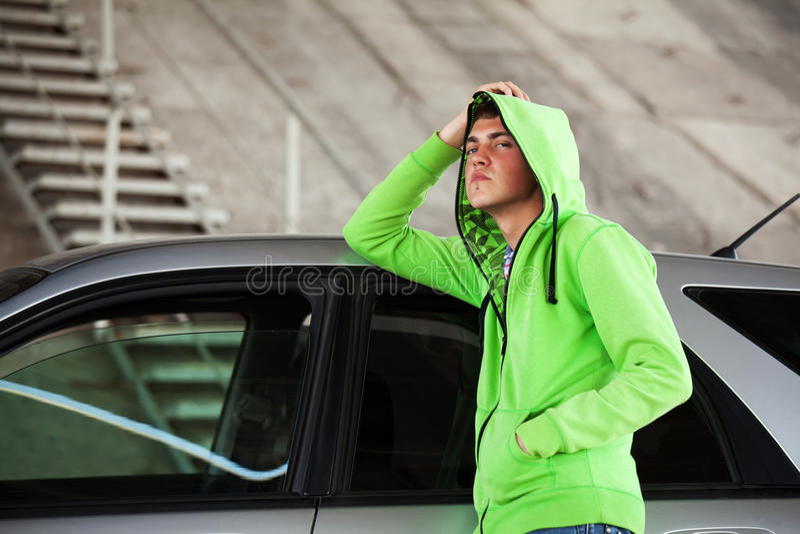 反对汽车的年轻人 库存照片