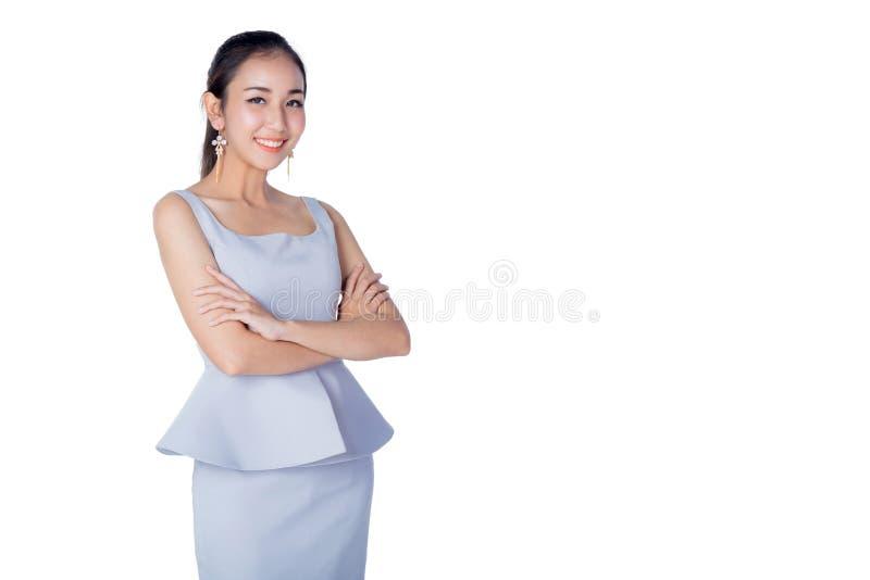 站立反对白色背景的微笑的女商人 免版税库存照片