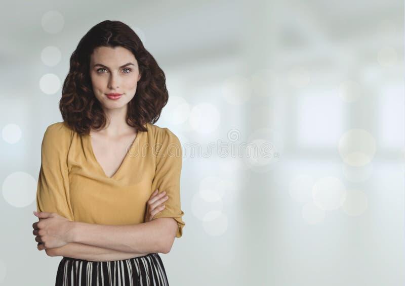 站立反对白色被弄脏的背景的女商人 图库摄影