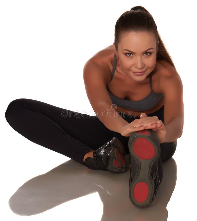 站立反对被隔绝的白色背景的体育样式的健身妇女 免版税库存图片