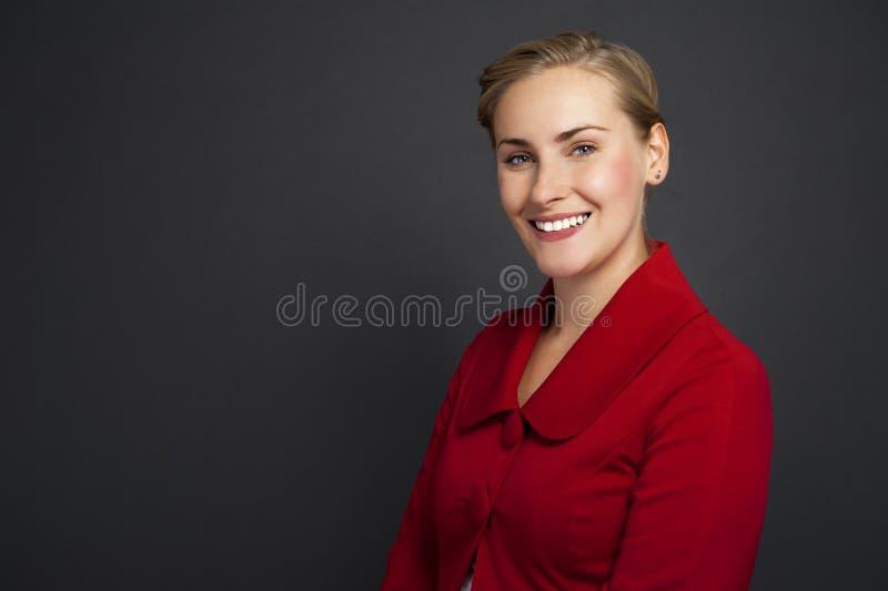 站立反对gr的一个美丽的年轻女商人的画象 免版税库存图片