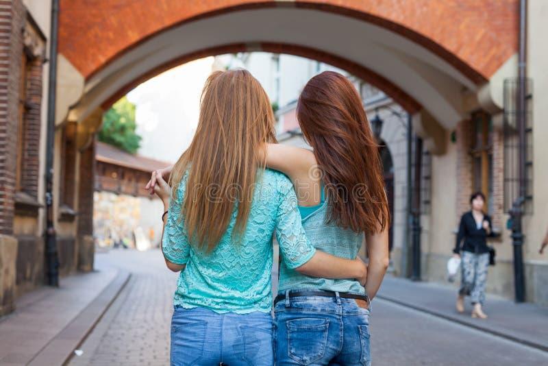 站立后话和拥抱的女孩画象  都市ba 免版税库存图片