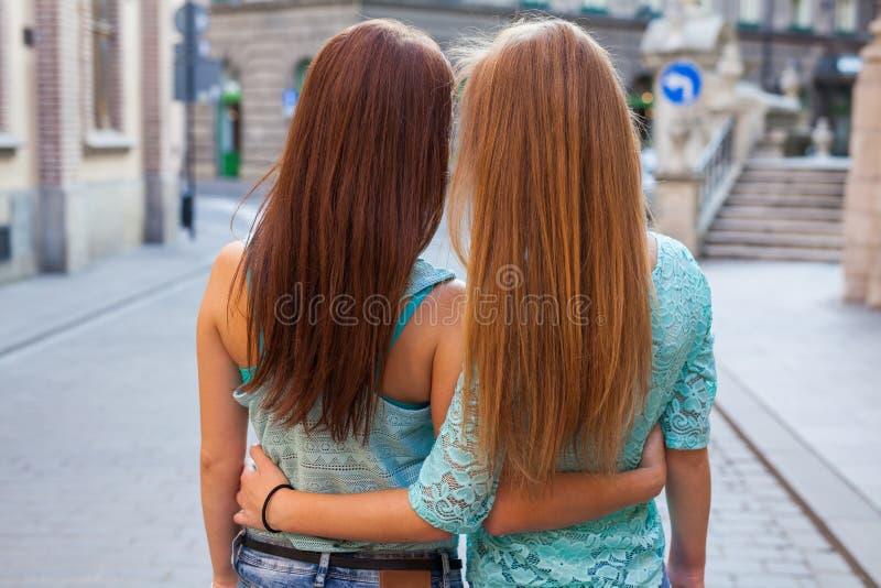站立后话和拥抱的女孩画象  都市ba 库存图片