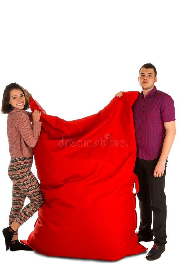 站立和举行红色长方形的少妇和人 库存照片