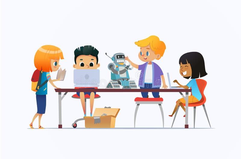 站立和坐在有膝上型计算机和机器人的书桌附近和研究编程的学校项目的男孩和女孩 皇族释放例证