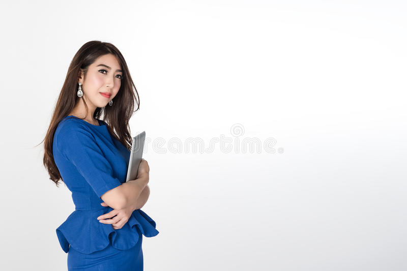 站立和拿着在白色背景的确信的年轻女商人数字式片剂 库存图片