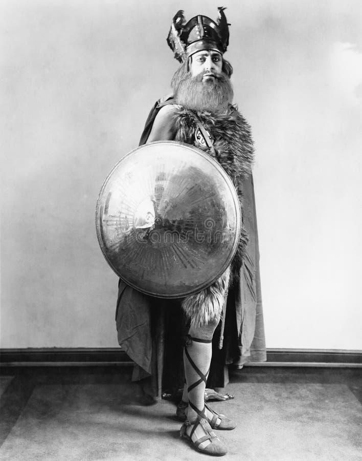 站立和拿着盾的北欧海盗战士的画象(所有人被描述不更长生存,并且庄园不存在 补助 免版税图库摄影