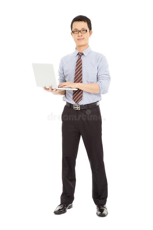 站立和拿着膝上型计算机的专业计算机工程师 免版税库存照片