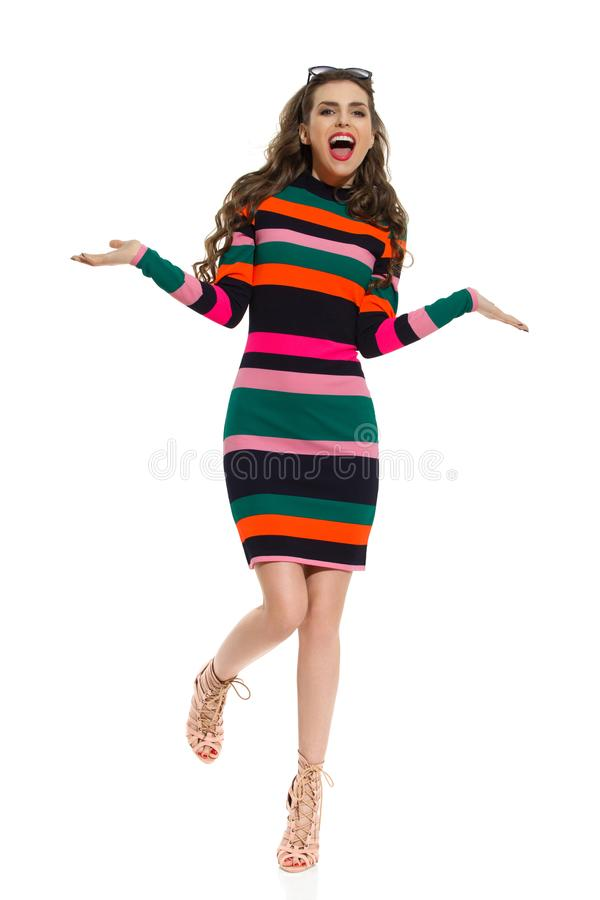 站立在一腿和呼喊的愉快的美好的时装模特儿 库存图片