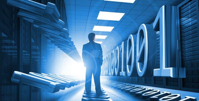 站立在与二进制编码的数据中心的商人 免版税库存照片
