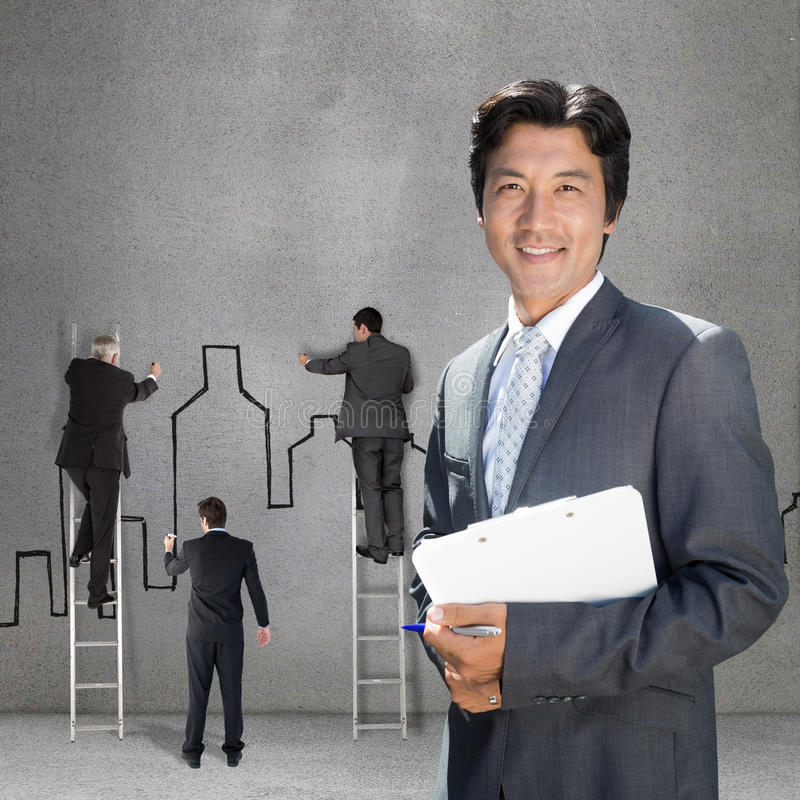 站立在与剪贴板的前门的确信的房地产经纪商的综合图象 免版税库存照片