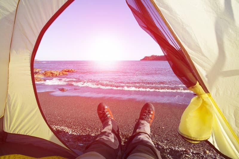 站立在与谷的海滩的远足者在背景 免版税图库摄影