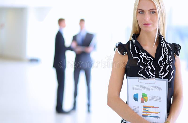 Download 站立在与a的前景的女商人 库存图片. 图片 包括有 商业, 同事, 事业, 计算机, 工作, 正式, 电话会议 - 62527113