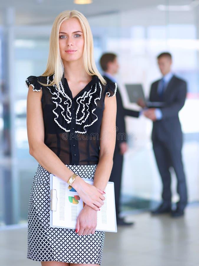 Download 站立在与a的前景的女商人 库存图片. 图片 包括有 情感, 夫人, 伴随, 员工, 女孩, 公司, 计算机 - 62527137