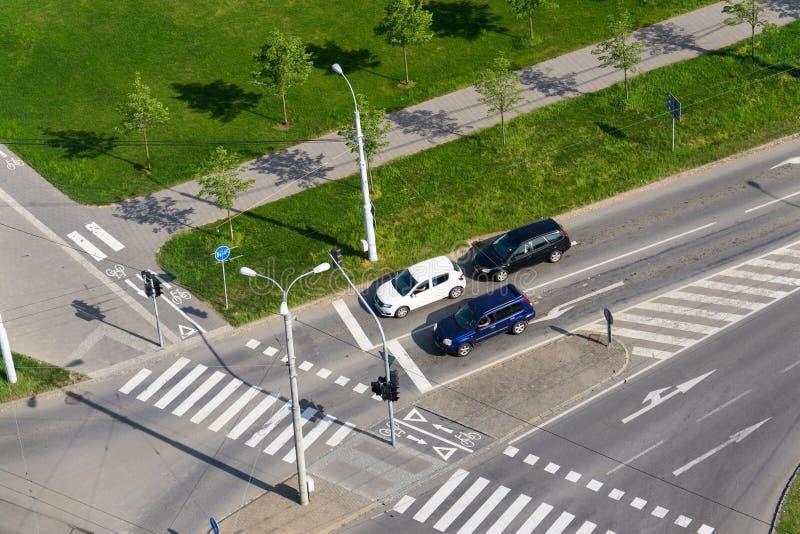站立在交叉路的,鸟瞰图行人穿越道前面的汽车 免版税图库摄影