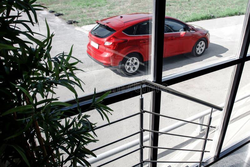 Download 站立在修造附近的红色汽车 库存图片. 图片 包括有 商业, 城镇, 涂柏油的, automatics, 视图 - 72370439