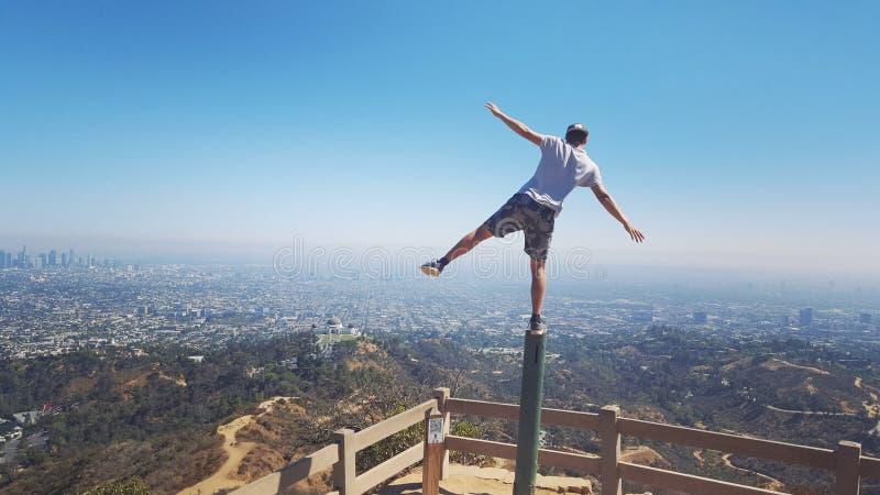 站立在俯视洛杉矶的一只脚 图库摄影