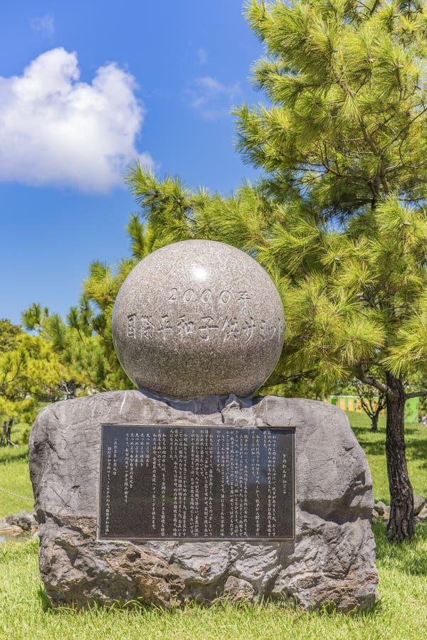 站立在冲绳岛会议中心在宜野湾市市国际和平儿童的山顶的石纪念碑 库存图片
