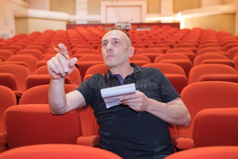 站立在剧院的人 免版税库存照片