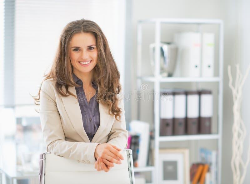 站立在办公室的女商人画象 库存图片